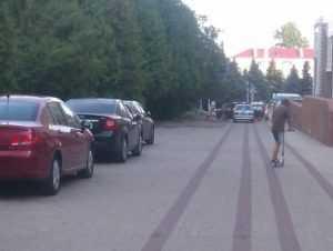 Брянцы возмутились автомобильным беспределом в сквере Проскурина