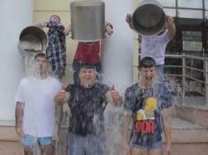 Брянцы присоединились к флешмобу «Облейся из ведёрка со льдом»