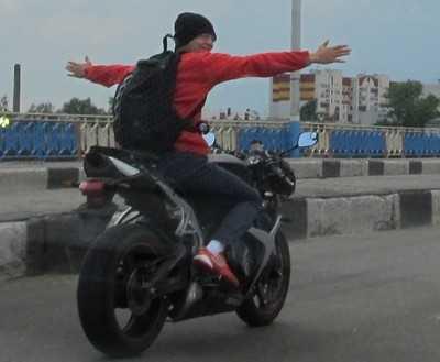 В Брянске юная мотоциклистка врезалась в грузовик