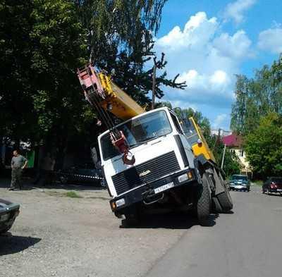 В Брянске на дороге провалился кран