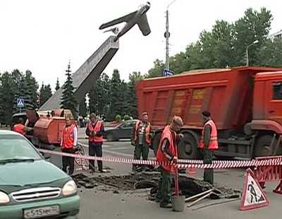 В Брянске около памятника Летчикам снова провалился коллектор