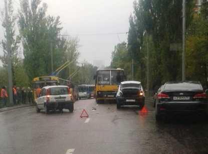 В Брянске столкнулись троллейбус, автобус, легковушки и грузовик
