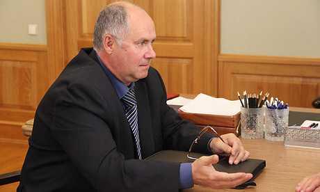 Глава области Александр Богомаз принял почтовика и пристава