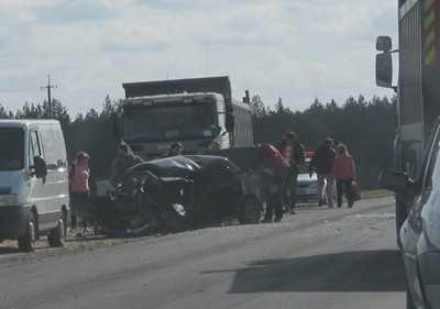 Брянский водитель загнал свою легковушку под грузовик