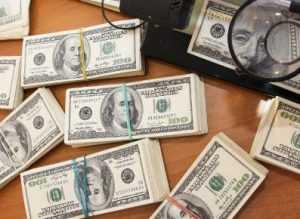 В Брянске калужанка попалась на контрабанде долларов