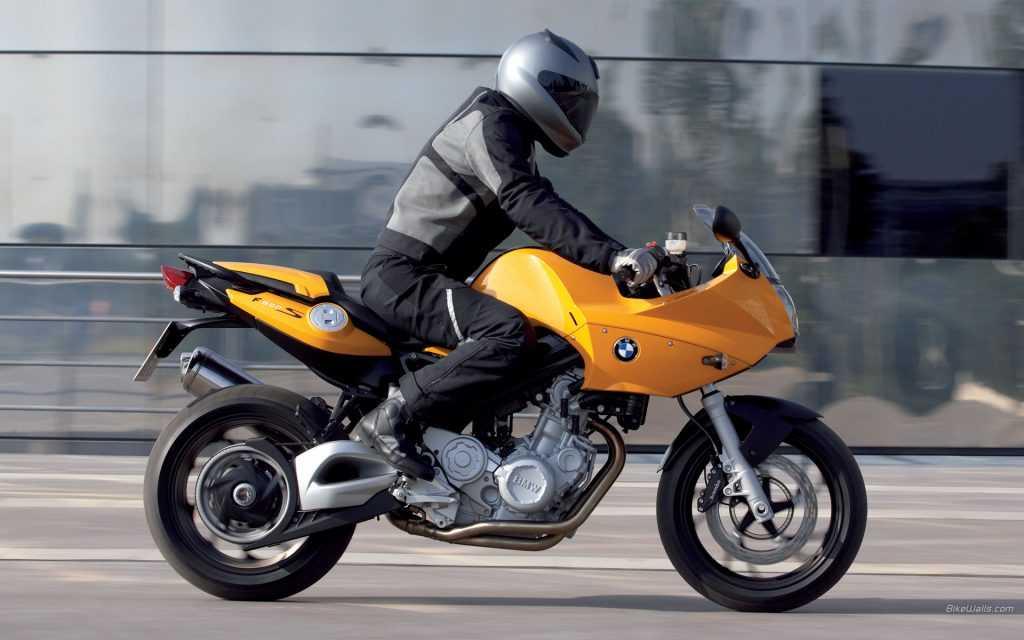 Мотоциклист в Брянске сбил на светофоре девушку
