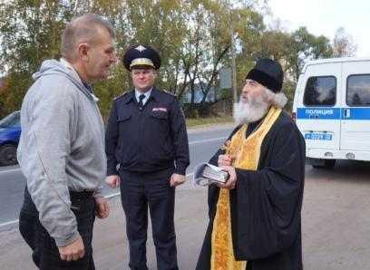 В Бежице священник вручил брянцам памятки вежливого водителя