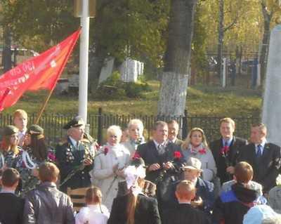 Брянский поселок Локоть принял Знамя Победы и передал его Суземке