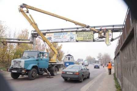 В Брянске начали снимать незаконные рекламные щиты