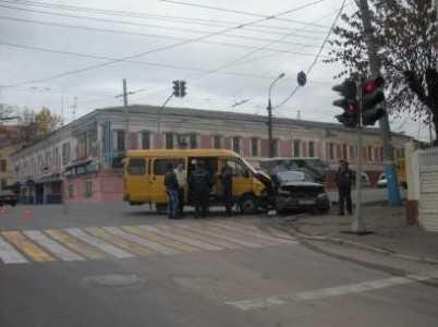 В Брянске дама на «тойоте» протаранила маршрутку
