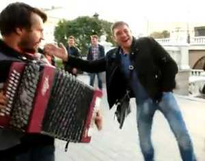 Противник гламурных дур пробудил Брянск своей песней
