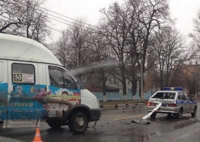 В Брянске маршрутка протаранила машину полиции