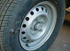 Брянец, укравший  моторное масло, порезал колесо полицейского авто