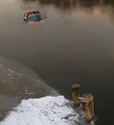 Брянская автомобилистка съехала в реку
