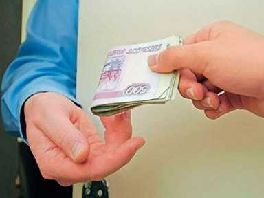 Брянский таможенник вымогал 40 тысяч рублей у своего коллеги