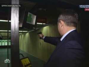 Александр Богомаз собрал пистолет и отстрелялся перед камерой НТВ