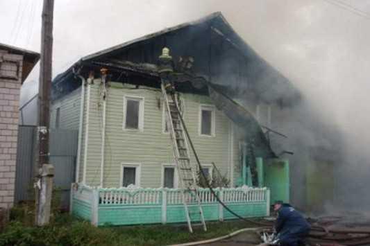 В брянском поселке обгорел двухэтажный дом