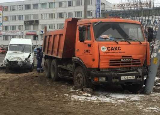 В Брянске столкнулись маршрутка и грузовик, есть пострадавшие