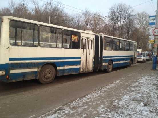 В Брянске автобус на тротуаре покалечил женщину