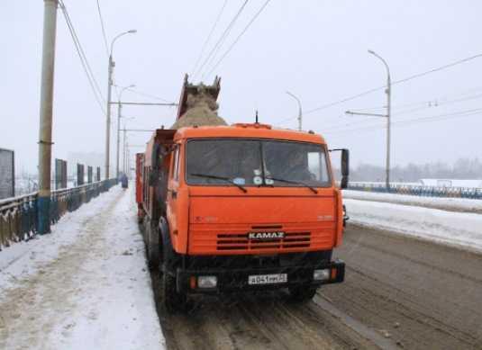 Снегопад в Брянске ночью выгнал дорожников на расчистку улиц