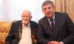 Брянский глава  вручил корзину фруктов 97-летнему Герою Ивану Лысенко