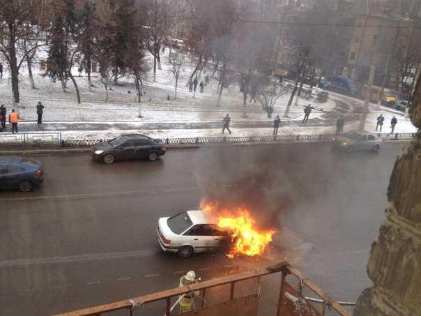 В Брянске на ходу заполыхал автомобиль «Ауди»