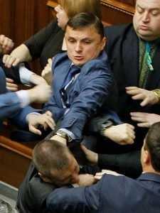 На Украине избили и по распоряжению Порошенко уволили главу района
