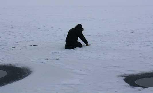 Брянская полиция спасла провалившуюся под лед девушку