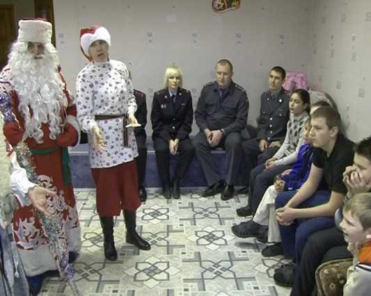 Полицейский Дед Мороз поздравил юных нарушителей закона