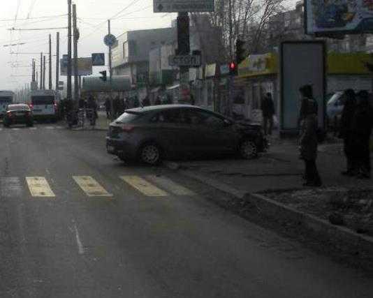 В Брянске «Фольксваген» столкнулся с «Хёндэ» и сбил  девушку
