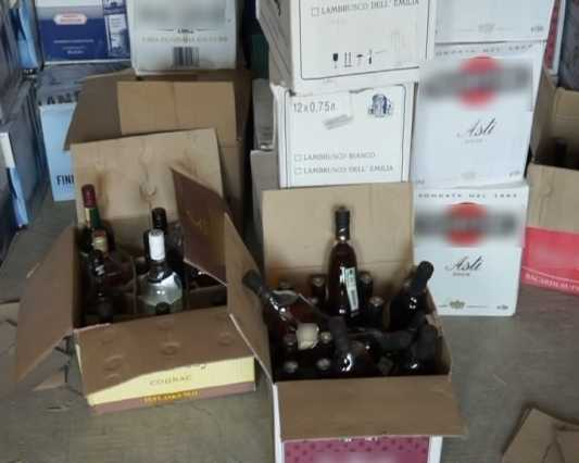 Брянская полиция обнаружила в гараже склад опасного алкоголя