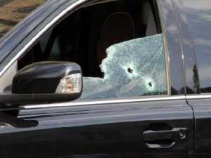 В Новозыбкове неизвестный расстрелял припаркованную иномарку