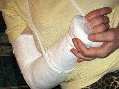 На парковке в центре Брянска водитель сломал руку пенсионерке
