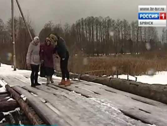 В дятьковском посёлке школьница упала с аварийного  моста
