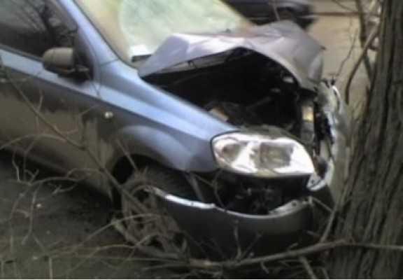 Брянский водитель разбил голову, протаранив столб и дерево