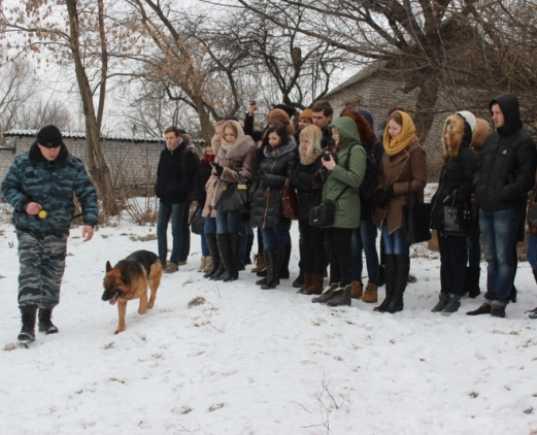 Брянские студенты познакомились с работой кинологов и патрульных
