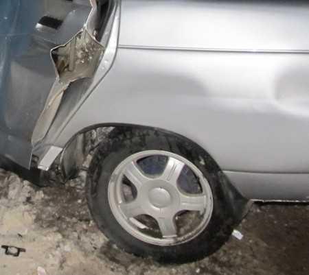 Брянская автомобилистка врезалась в дерево и переломала ноги