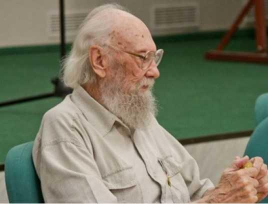 Поэт Валентин Динабургский передал брянскому музею свой кабинет