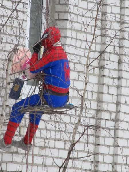К брянской девушке с небес спустился Человек-паук