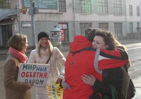 В Брянске православная молодежь одарила прохожих «мирными объятьями»