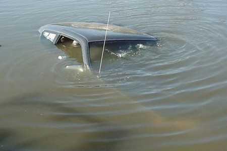 В брянской реке утонул автомобиль — погибли два человека