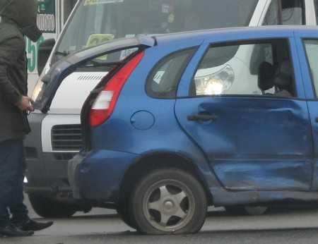 Брянска автомобилистка врезалась в опору и поранила голову