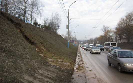 В Брянске из-за прорыва водопровода грунт вымыло на дорогу