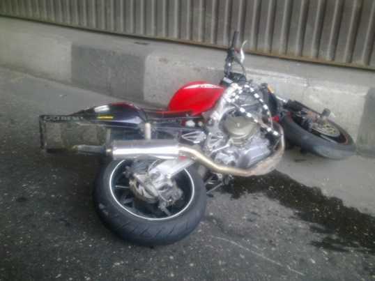 Удирая от брянских гаишников, мотоциклист врезался в забор