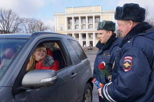 Брянские гаишники поздравили водительниц с 8 марта