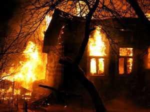 Ночью в  Брянске сгорел дом – пострадали люди