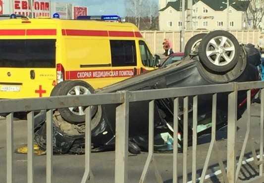 В Брянске на путепроводе около «Европы» перевернулся Nissan (ВИДЕО)