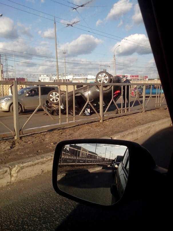 Nissan Juke около «Европы» перевернула автомобилистка на «десятке»