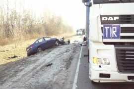 Четыре человека погибло под Брянском после столкновения легковушки и автопоезда