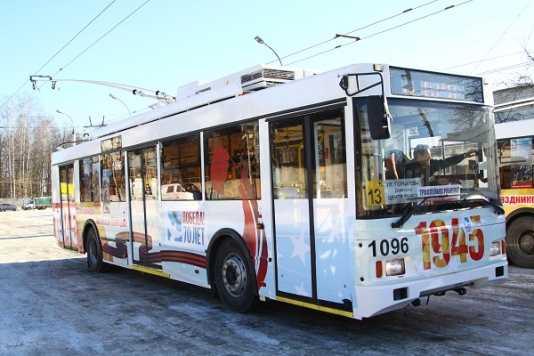 Ко Дню Победы брянский транспорт украсили праздничной символикой